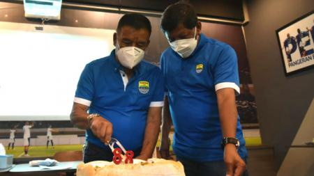 Komisaris PT PBB, Umuh Muchtar (kiri) dan Kuswara S Taryono (kanan) saat memotong kue ulang tahun Persib ke-88 di Graha Persib, Jalan Sulanjana, Kota Bandung, Minggu (14/03/21). - INDOSPORT