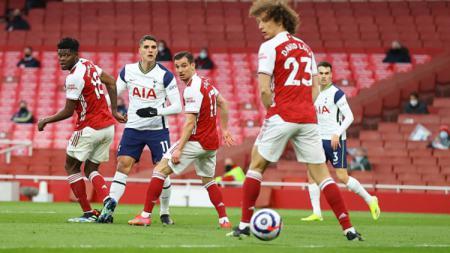 Erik Lamela (Tottenham Hotspur) mencetak gol setelah melewati dua pemain Tottenham, Thomas Partey and Cedric Soares. - INDOSPORT