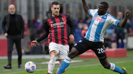 Diogo Dalot mendapatkan perlawanan ketat dari Kalidou Koulibaly saat Milan melawan Napoli. - INDOSPORT