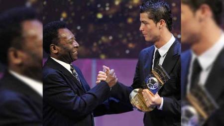 Pele mengucapkan selamat ke Cristiano Ronaldo yang pecahkan rekor gol terbanyak. - INDOSPORT
