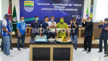 Askot PSSI Kota Bandung menggelar syukuran ulang tahun Persib ke-88 di Aula Gedung Asosiasi PSSI Provinsi Jawa Barat, Jalan Lodaya, Kota Bandung, Minggu (14/03/21). - INDOSPORT