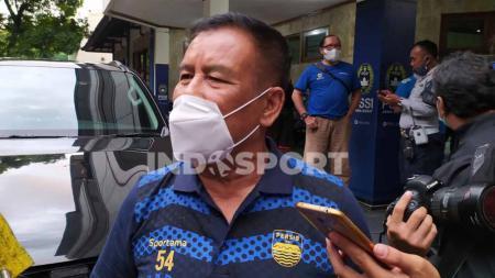 Komisaris PT PBB, Umuh Muchtar saat menghadapi syukuran ulang tahun Persib ke-88 di Gedung Asprov PSSI Jabar, Jalan Lodaya, Kota Bandung, Minggu (14/03/2021). - INDOSPORT
