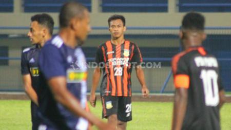 Osvaldo Haay saat memperkuat tim sepak bola PON Papua di laga eksibisi peresmian Stadion Barnabas Youwe. - INDOSPORT