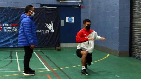 Jonatan Christie sedang menjalani  latihan di Birmingham Arena sebelum tampil di All England 2021. - INDOSPORT