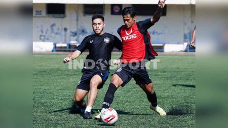 Pratama Arhan (merah) saat berebut bola dengan Mahir Radja pada saat PSIS menjalankan pola latihan taktikal di Stadion Citarum pada Rabu (17/3). - INDOSPORT
