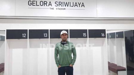 Pelatih Sriwijaya FC, Nilmaizar saat melihat langsung ruang ganti pemain di Stadion Gelora Sriwijaya Jakabaring Palembang. - INDOSPORT