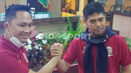 Pelatih Sriwijaya FC, Nilmaizar (kanan) bersama manajer, Muhammad Fadli. - INDOSPORT