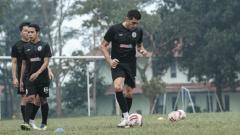 Indosport - Bek PSS Sleman, Fabiano Beltrame, saat berlatih.