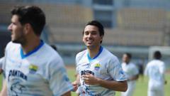 Indosport - Ezra Walian saat berlatih dengan Persib di Stadion GBLA, Kota Bandung, Kamis (18/03/21).