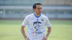 Indosport - Ezra Walian buka suara soal kesulitan Persib membobol gawang Persija di final Piala Menpora 2021.