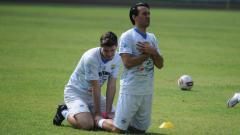 Indosport - Ezra Walian dan Nick Kuipers saat berlatih bersama Persib di Stadion GBLA.