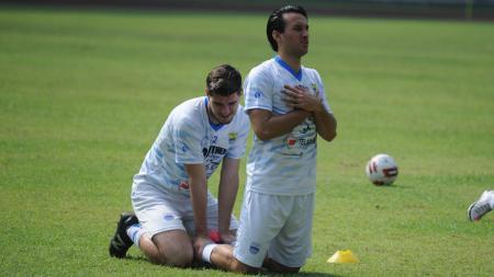 Ezra Walian dan Nick Kuipers saat berlatih bersama Persib di Stadion GBLA. - INDOSPORT