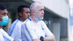 Indosport - Pelatih PSIS, Dragan Djukanovic, yang telah tiba di Semarang dan memimpin anak asuhnya berlatih.
