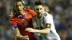 Indosport - Zachary Herivaux (Kiri), Calon Pemain Baru Persib Saat Duel dengan Lionel Messi.