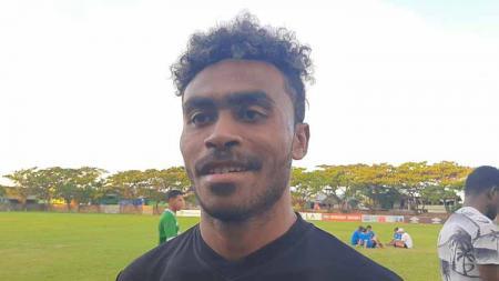 Saudara kembar Yakob Sayuri, Yance Sayuri, menceritakan proses adaptasinya yang terbilang unik bersama klub Liga 1, PSM Makassar. - INDOSPORT