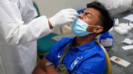 Pemain PSIS Pratama Arhan saat menjalani tes antigen setelah tiba di Solo. - INDOSPORT