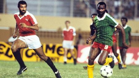 Striker legendaris timnas Kamerun, Roger Milla, beraksi di partai final Piala Afrika kontra Mesir, 21 Maret 1986. - INDOSPORT