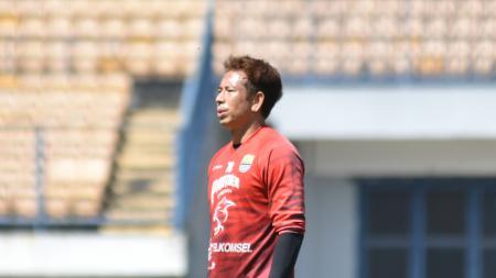 Penjaga gawang Persib Bandung, I Made Wirawan, memberikan pesan kepada Bobotoh agar tetap memberikan dukungan kepada tim meski Liga 1 belum bergulir. - INDOSPORT