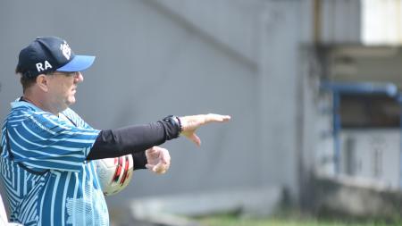 Pelatih Persib Bandung, Robert Rene Alberts, saat memimpin latihan di Stadion GBLA, Kota Bandung, beberapa waktu lalu. - INDOSPORT