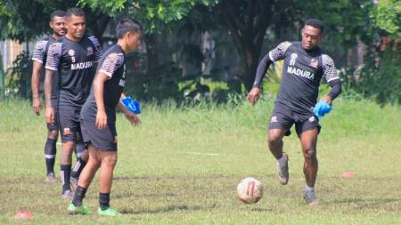 David Laly saat berlatih bersama Madura United di Lapangan Batununggal, Kota Bandung, Sabtu (20/03/2021). - INDOSPORT