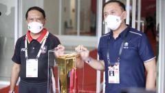 Indosport - Ketum PSSI Mochamad Iriawan (kanan) dan Menpora Zainudin Amali saat memberika penjelasan soal kesiapan jelang kick off Piala Menpora 2021.