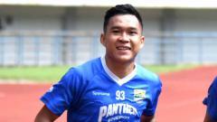Indosport - Gelandang Persib, Erwin Ramdani, saat latihan di Stadion GBLA.