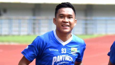 Gelandang Persib, Erwin Ramdani, saat latihan di Stadion GBLA. - INDOSPORT