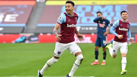 Pemain West Ham United, Jesse Lingard, melakukan selebrasi setelah mencetak gol ke gawang Arsenal pada lanjutan Premier League di London Stadium, Minggu (21/3/2021). - INDOSPORT