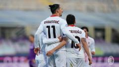 Indosport - Selebrasi striker AC Milan, Zlatan Ibrahimovic, ketika sukses menjebol gawang Fiorentina.