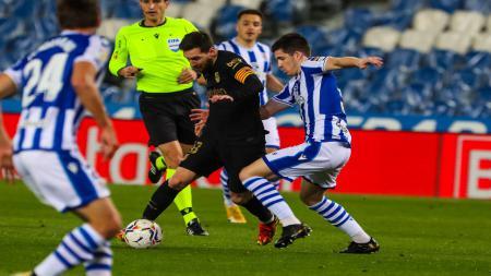 Lionel Messi mendapatkan pengawalan ketat dari para pemain Real Sociedad. - INDOSPORT
