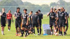 Indosport - Pemain Madura United saat latihan di Lapangan Batununggal, Kota Bandung, Sabtu (20/03/21).