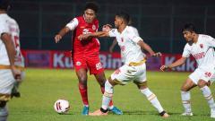 Indosport - Aksi Braif Fatari di laga Piala Menpora Persija Jakarta vs PSM Makassar.