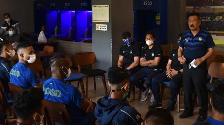 Komisaris PT PBB, Umuh Muchtar, memberikan motivasi kepada pemain Persib sebelum berangkat ke Sleman, Senin (22/03/2021). - INDOSPORT
