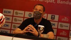 Indosport - Pelatih PSS Sleman, Dejan Antonic, saat konferensi pers secara virtual sebelum laga perdana babak penyisihan Grup C Piala Menpora 2021, Senin (22/03/2021).