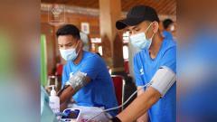 Indosport - Organizing Committee (OC) melakukan vaksinasi kepada seluruh pemain klub peserta Piala Menpora 2001.