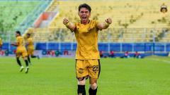Indosport - Selebrasi Alsan Sanda usai mencetak gol ke gawang Borneo FC di Piala Menpora 2021.