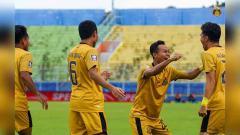 Indosport - Laga Bhayangkara FC saat tampil di Piala Menpora 2021.