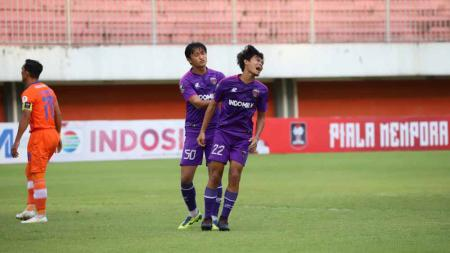 Rifki Dwi (kanan) saat tampil membela Persita di fase grup D Piala Menpora 2021. - INDOSPORT