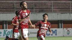 Indosport - Selebrasi Willian Pacheco usai mencetak gol ke gawang Persib di laga perdana grup D Piala Menpora 2021.