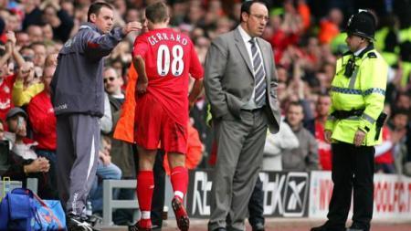 Kapten Liverpool, Steven Gerrard, menerima kartu merah dalam pertandingan Liga Inggris kontra Everton, 25 Maret 2006. - INDOSPORT