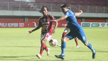 Gelandang Bali United, Hariono (kiri) ketika mengawal pergerakan Esteban Vizcarra dalam laga pembuka grup D Piala Menpora 2021 di Stadion Maguwoharjo, Sleman, Rabu (24/3/21) - INDOSPORT