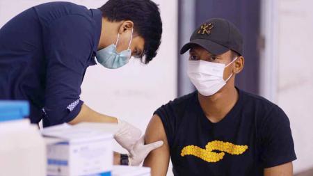 Pasukan pemain PSS Sleman beserta ofisial dan staf menjalani vaksinasi Covid-19. - INDOSPORT