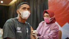 Indosport - Pemain PSM Makassar menjalani vaksin anti Covid-19 di Ascent Premiere Hotel, Malang, Rabu (24/03/21).
