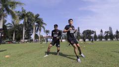 Indosport - Pemain PSM Makassar berlatih di Lapangan Lanud Abdul Saleh, Malang, Kamis (25/03/21).