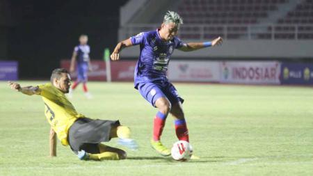 Striker Arema FC, Kushedya Hari Yudo (kanan) saat berduel dengan bek Barito pada laga terakhir fase grup A Piala Menpora 2021 di Stadion Manahan Solo. - INDOSPORT