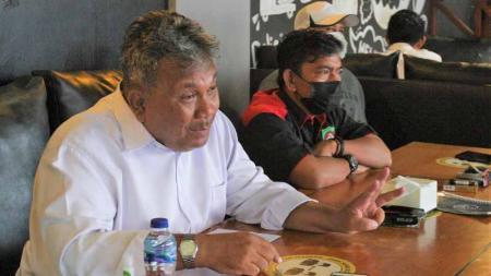 Sekum Pertina Sulsel, Adam Taka Simanjuntak (putih), bersama Manager Tim Tinju Sulsel, M Tawing. - INDOSPORT