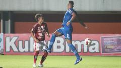 Indosport - Bek Bali United, Dias Angga (kiri), saat berebut bola dengan penyerang Persib Bandung, Wander Luiz.