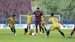 Indosport - Laga Bhayangkara Solo FC saat melawan PSM Makassar pada fase grup B Piala Menpora 2021.