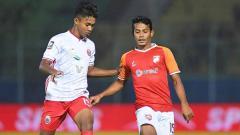 Indosport - Aksi laga pertandingan antara Borneo FC vs Persija Jakarta pada Piala Menpora 2021.