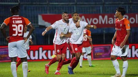 Marko Simic (kedua kiri) ikut merayakan gol yang dicetak Yann Motta ke gawang Borneo FC pada laga kedua fase grup B Piala Menpora 2021 di Stadion Kanjuruhan, Sabtu (27/03/21). - INDOSPORT